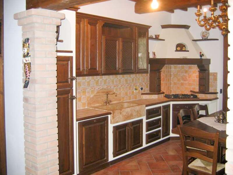 Cucina in castagno anticato con piano in travertino
