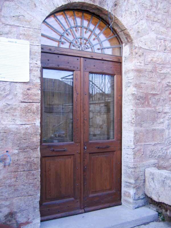Portone in castagno anticato con ante in vetro e sopra